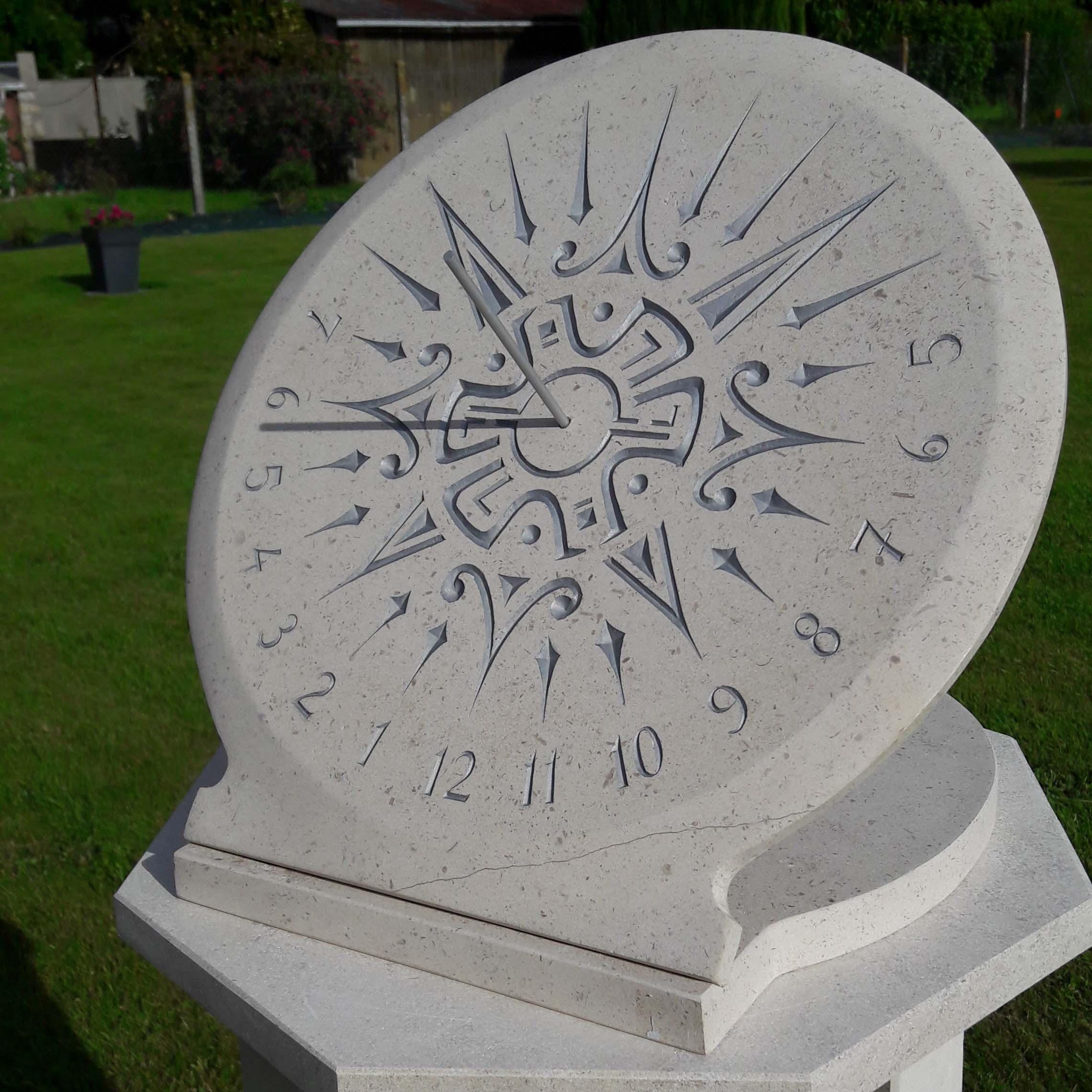 Cadran solaire en pierre de Bourgogne. Gravure d'un soleil de style Maya et peinture argenté.