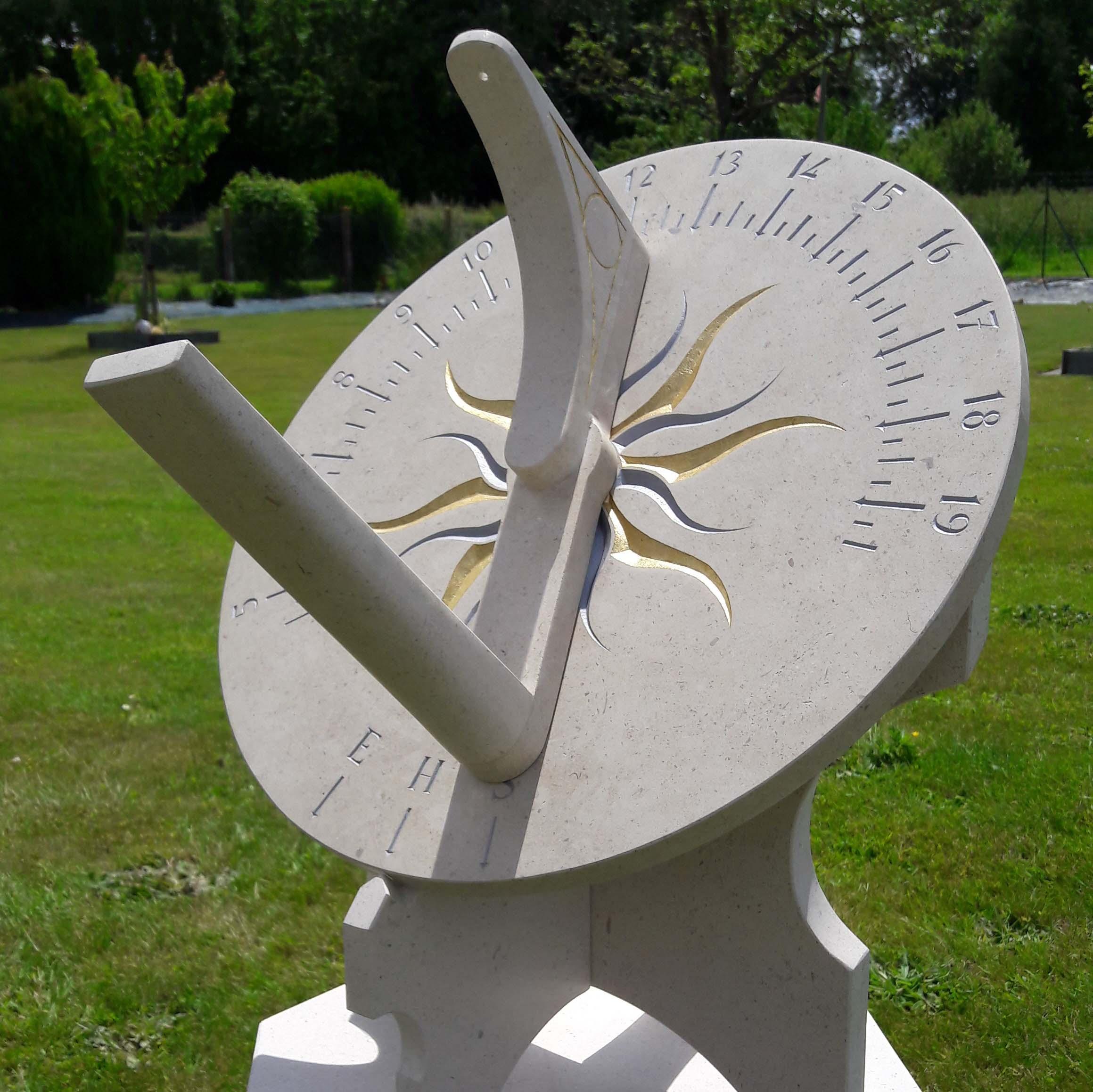 Cadran solaire en pierre de Bourgogne. Cadran solaire de précision servant à régler les  horloges à la minute prés. Gravure à la peinture argenté et soleil à la feuille d'or.
