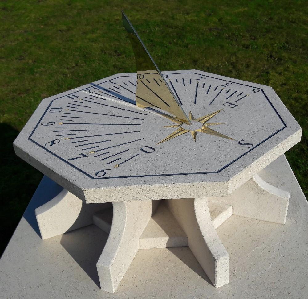 Cadran solaire en pierre de Bourgogne et style en laiton. Indication des heures, des demi-heures et quart d'heures.  feuille d'or sur la rose des vents.