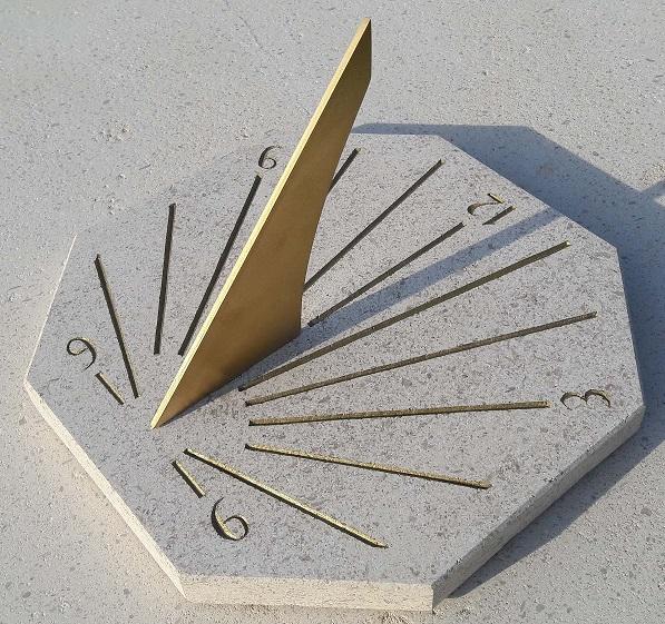 Cadran solaire horizontal en pierre de bourgogne. Peinture ocré
