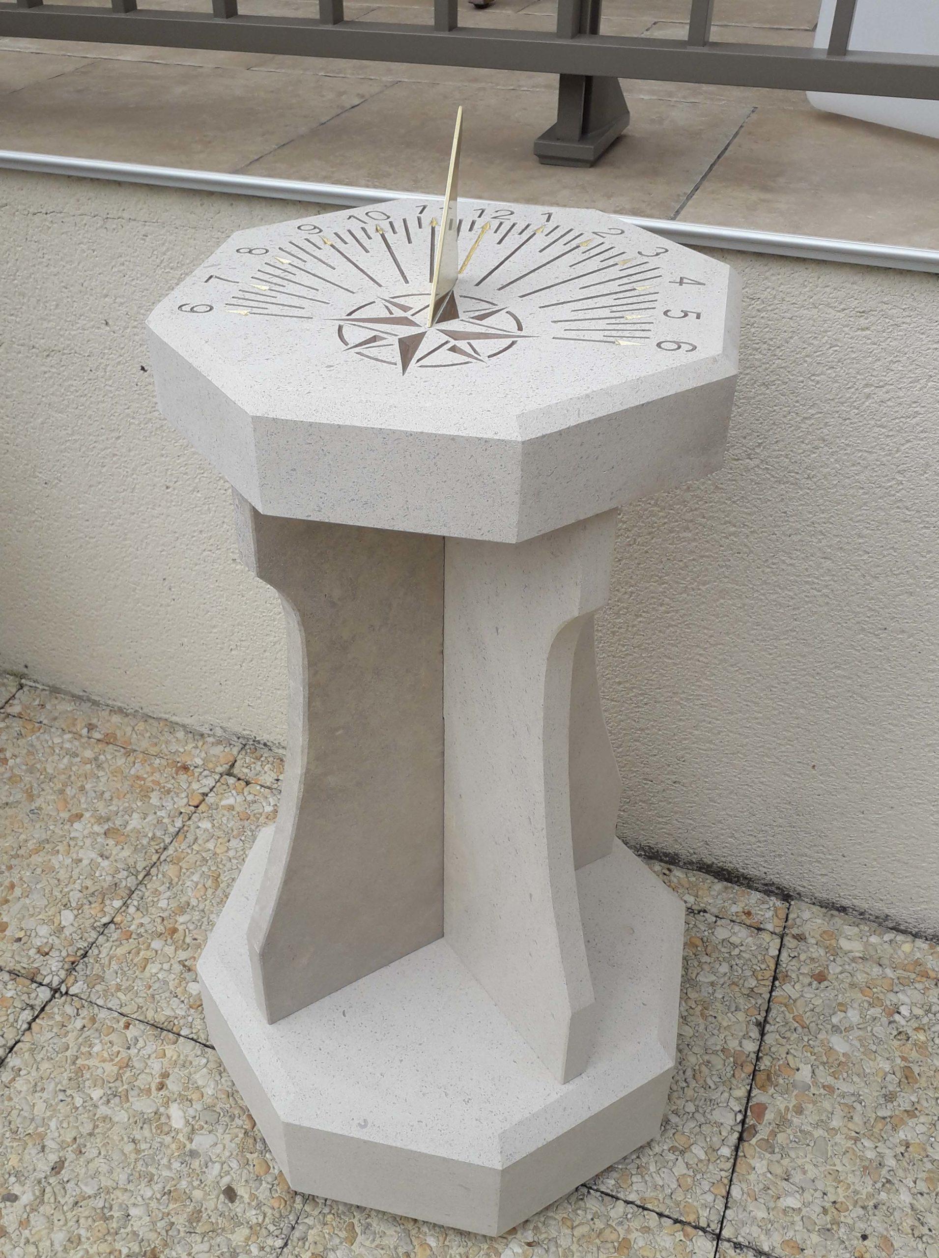 Cadran solaire en pierre de Bourgogne avec son socle, style en laiton. Gravure des heures et de la rose des vents couleur marron claire.