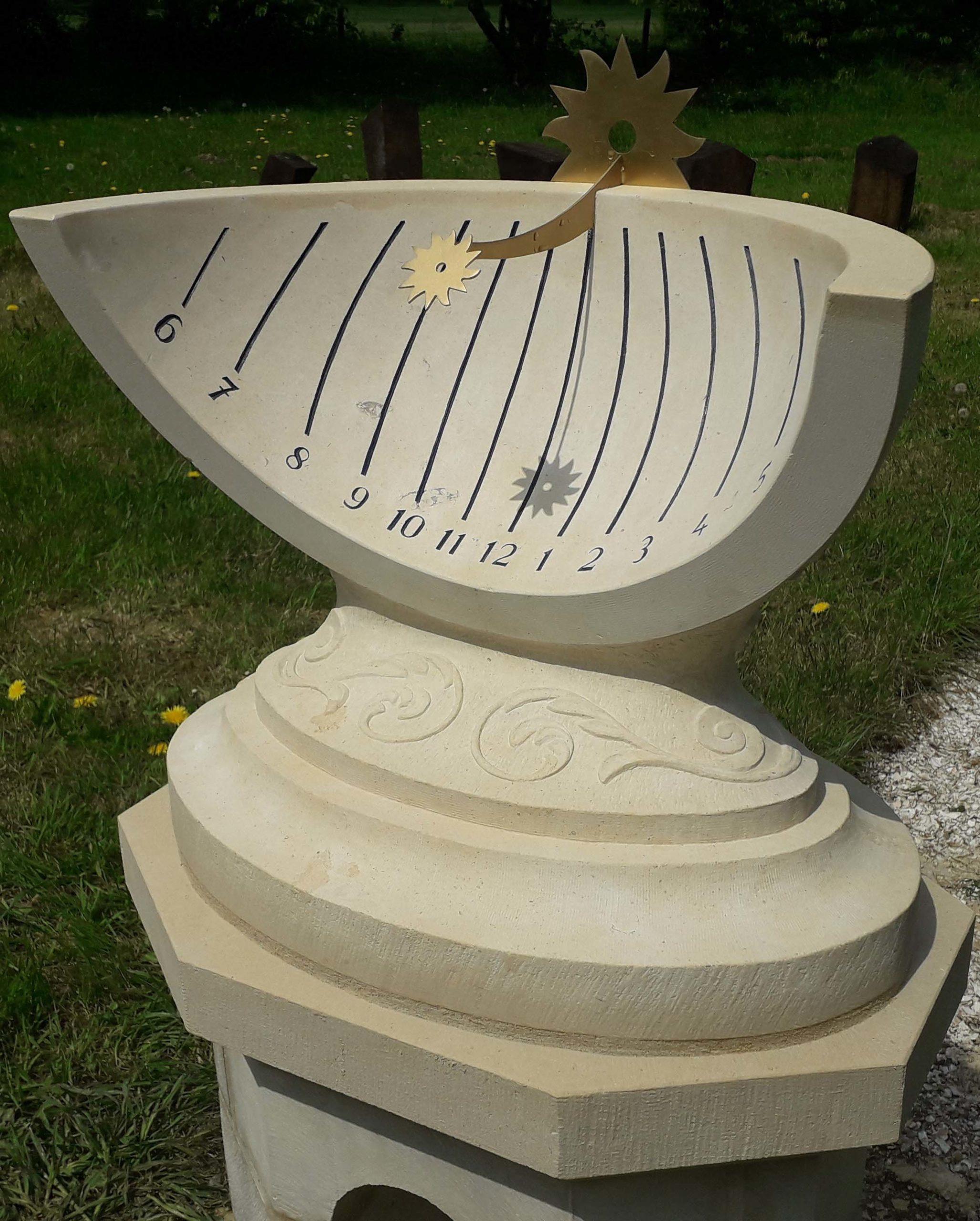 Cadran solaire en pierre de Caen, style en laiton. Sculpture sur le derrière d'une feuille d'acanthe.
