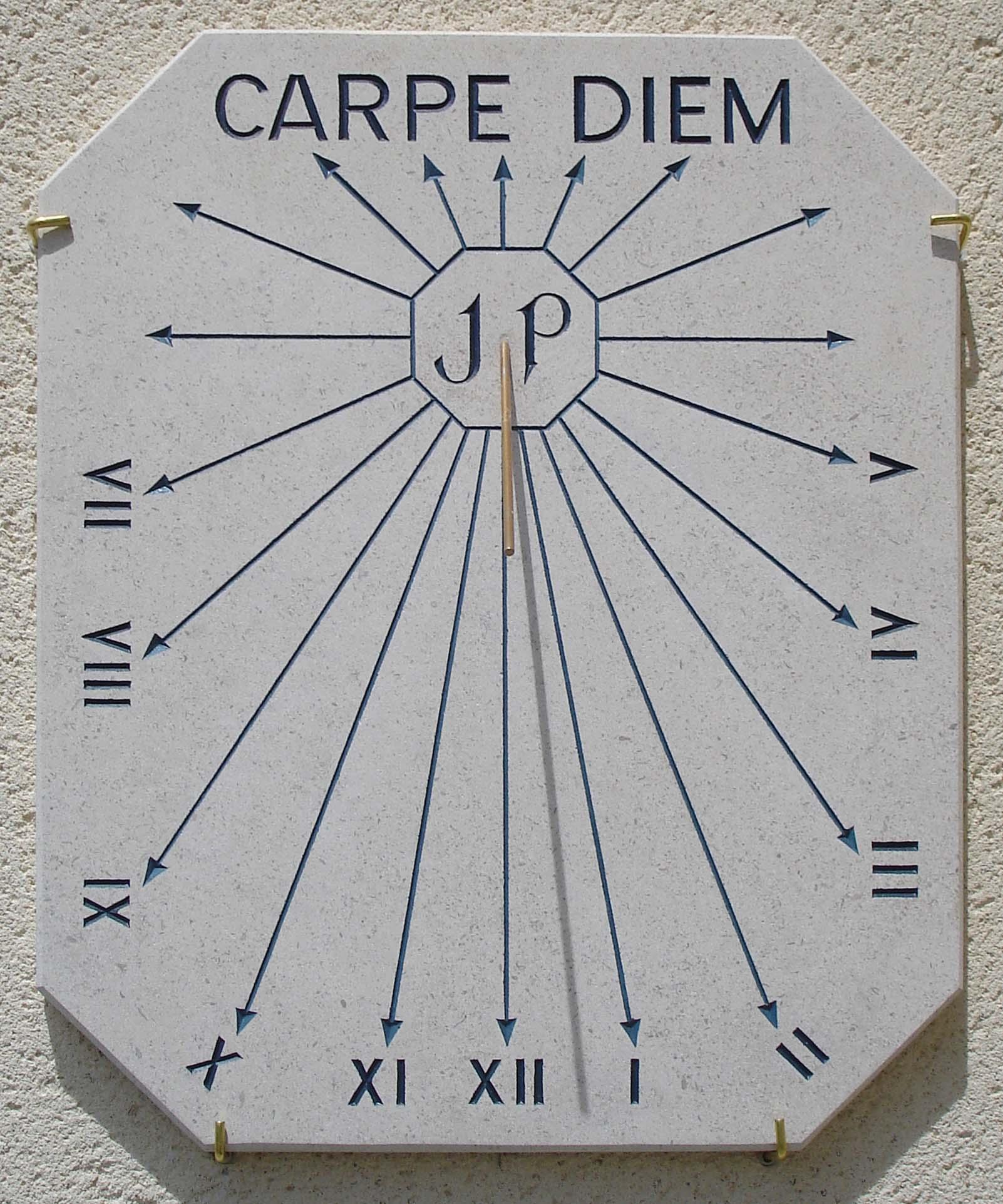 Cadran Solaire Carpe Diem, avec chiffres romains et le style est en forme de baton