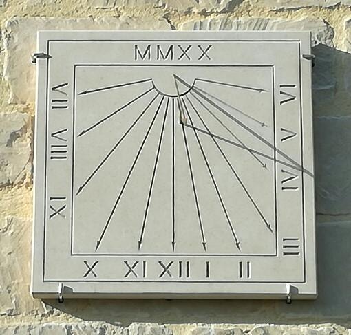Cadran Solaire Méridional , en pierre de Caen, chiffres romains, avec dates, gravure ocre, avec le style en forme de flèche