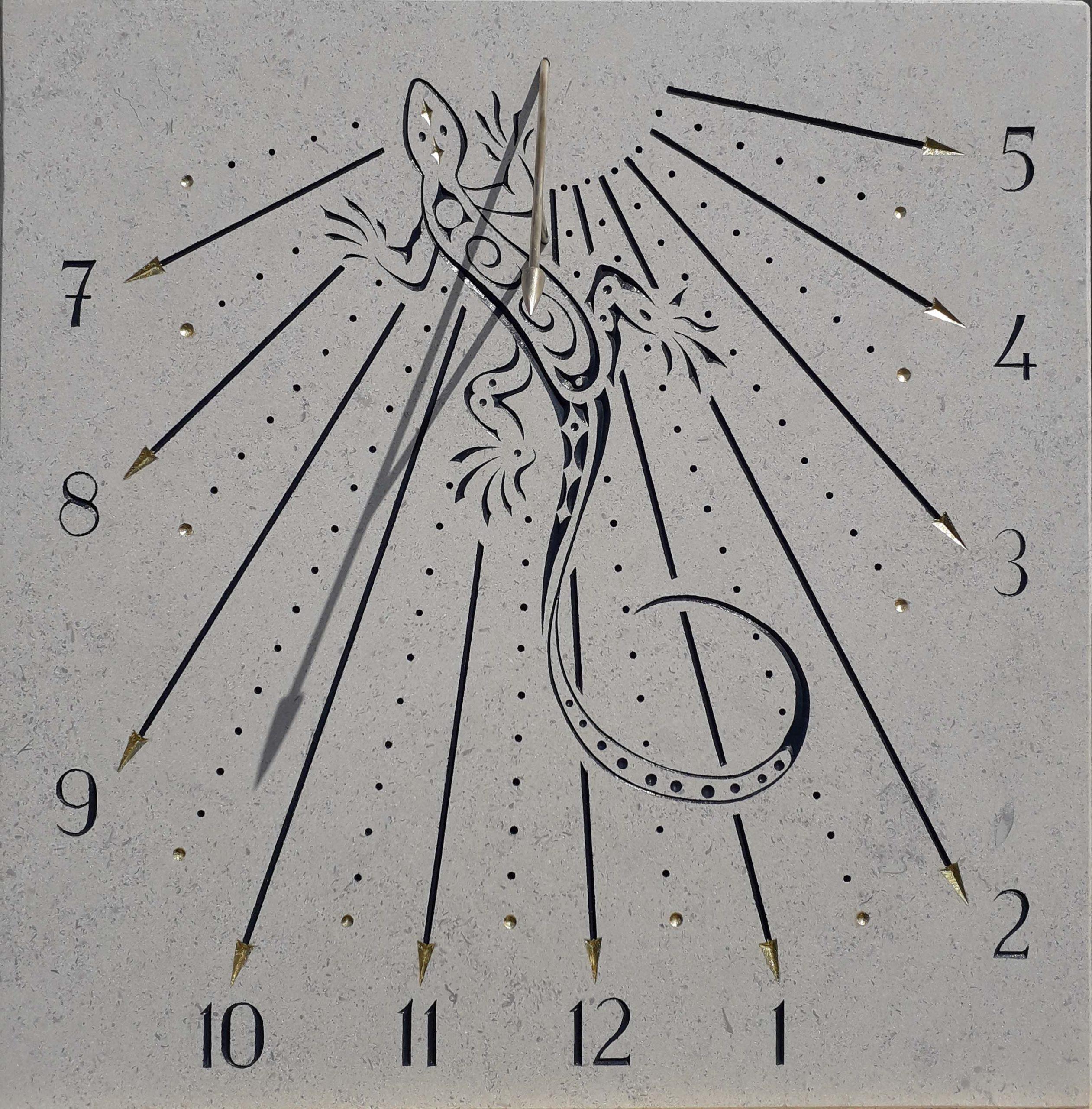 Cadran solaire en pierre de Bourgogne avec un lézard et chiffre arabe. Style en forme de flèche.