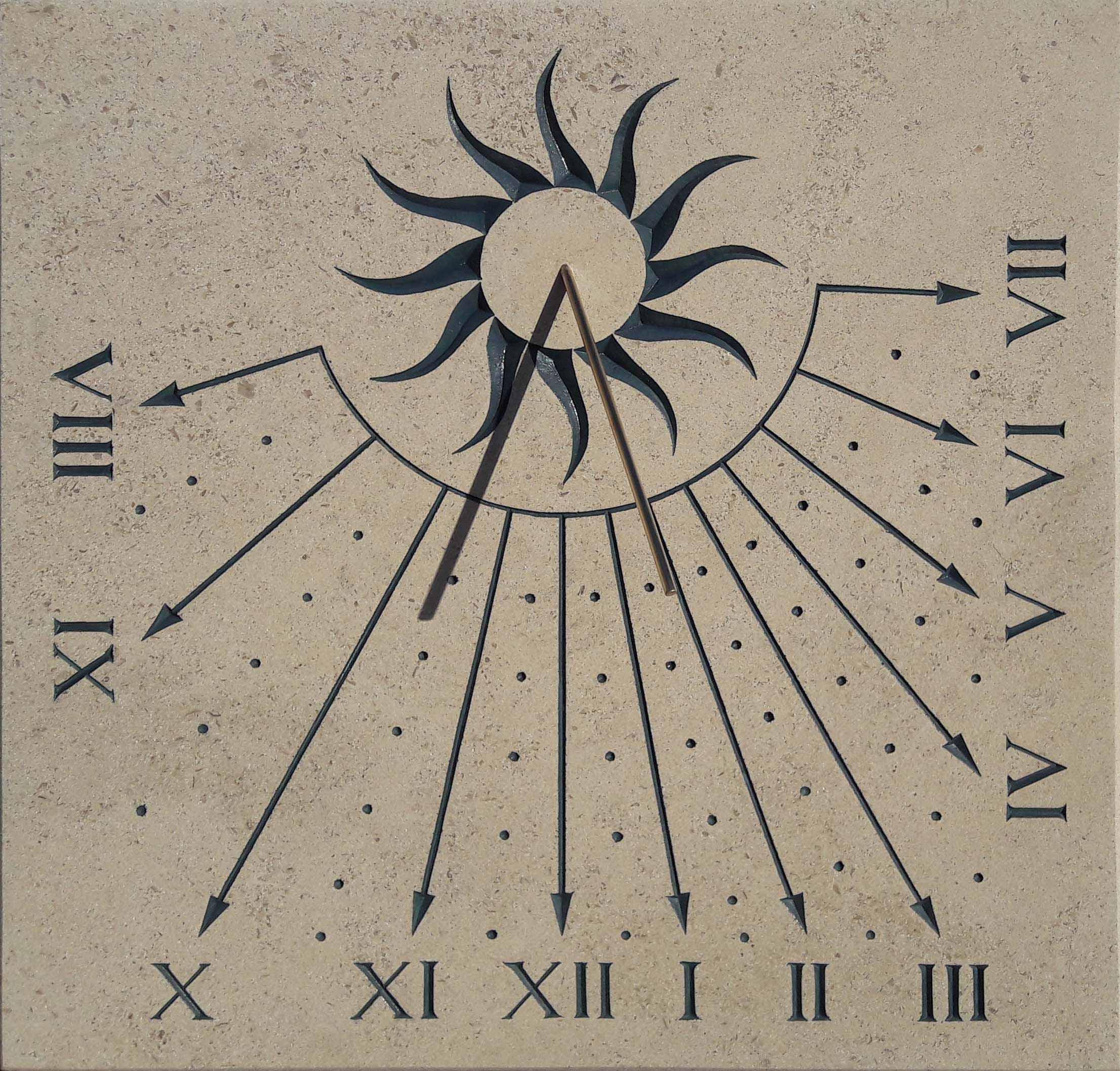 Cadran solaire en pierre de Bourgogne, avec soleil au centre et chiffre romain.