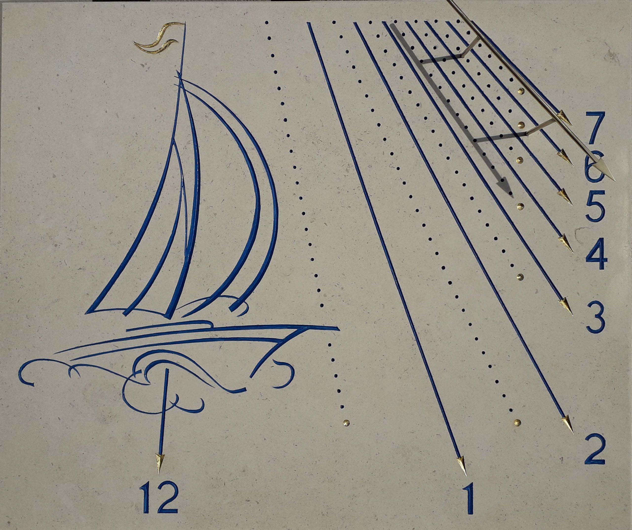 Cadran solaire en pierre de Bourgogne avec un bateau en décoration. peinture bleu et style en laiton.