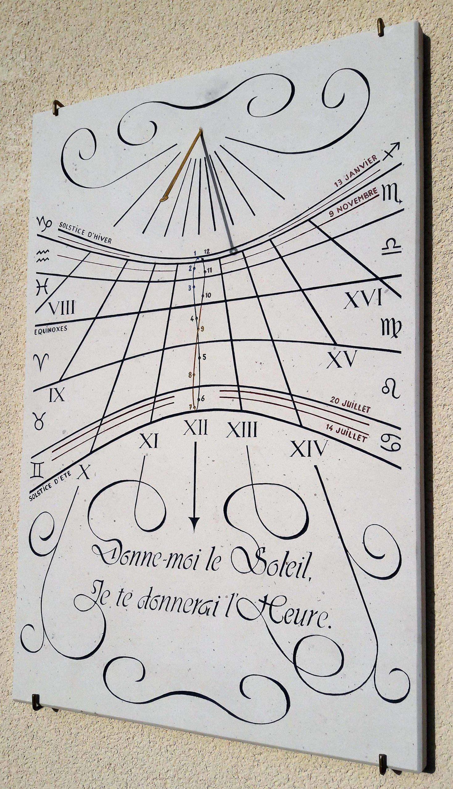 Cadran solaire méridional en pierre de Bourgogne, avec devise,signe astrologique, analème et date d'anniversaire.