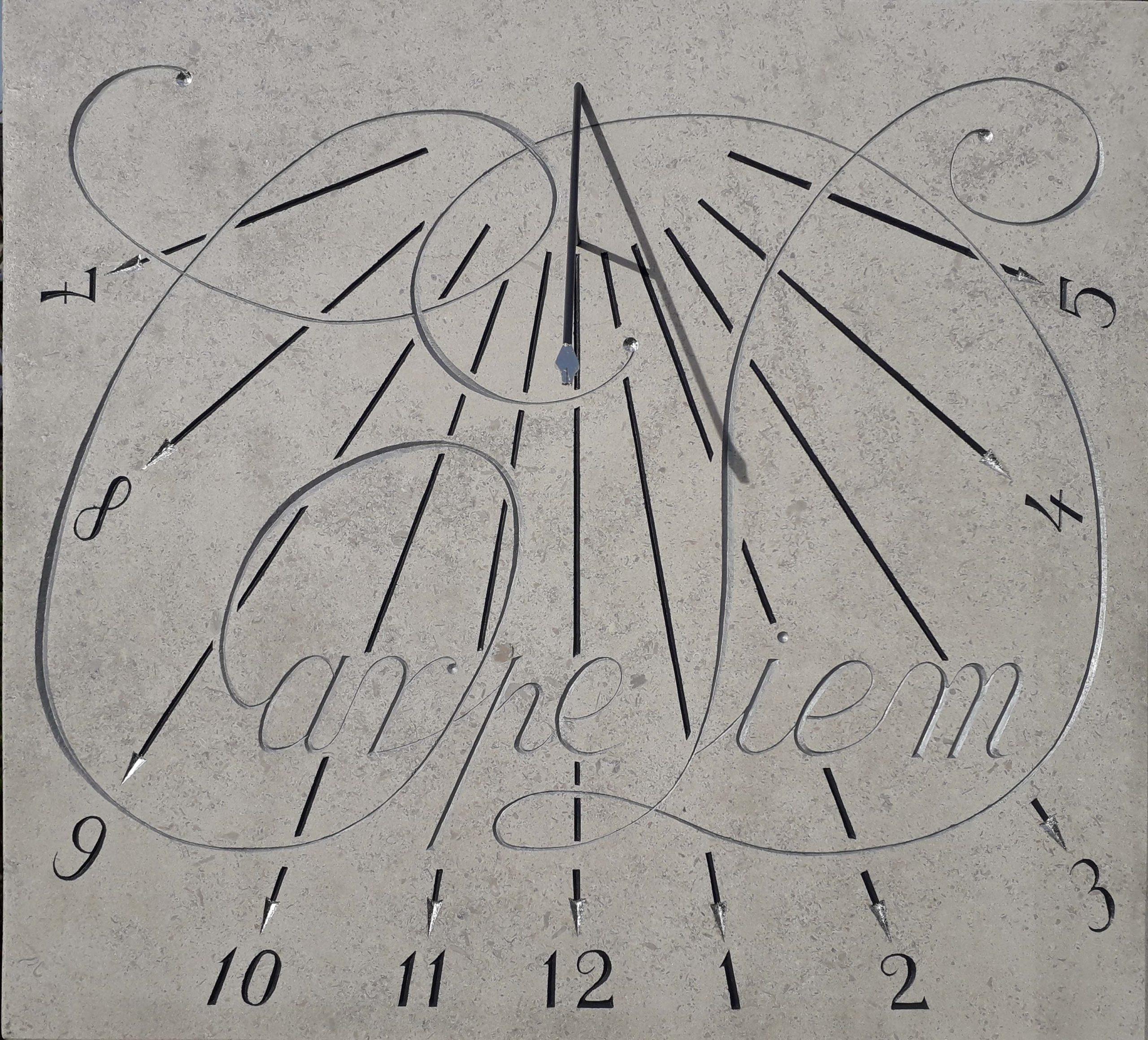 Cadran solaire en pierre de bourgogne avec calligraphie en gros CARPE DIEM. Style en forme de pointe de plume plaqué à la feuille d'argent.