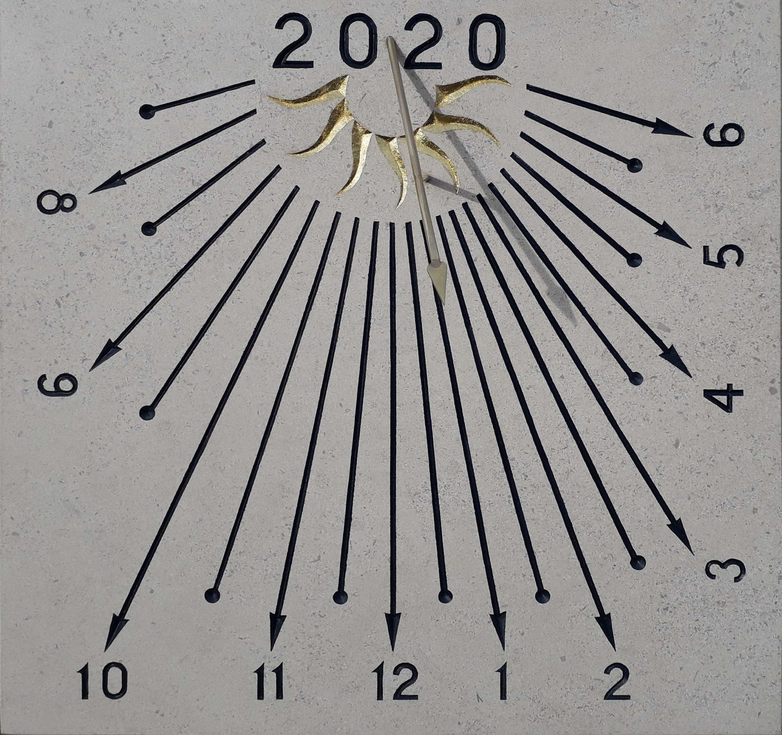 Cadran solaire en pierre de Bourgogne, avec année, soleil à la feuille d'or et chiffre arabe.