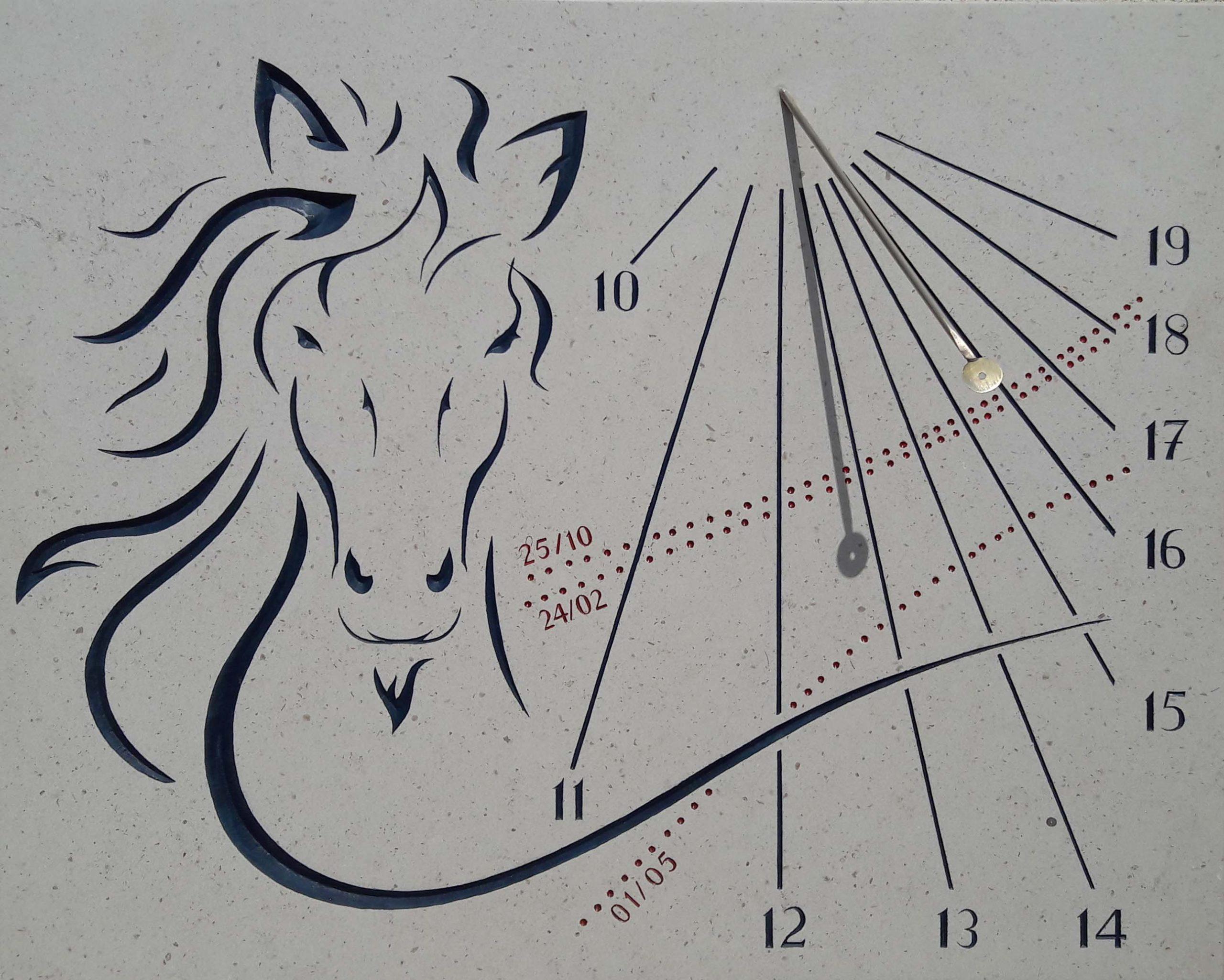 Cadran solaire en pierre de Bourgogne avec tête de cheval. Style avec œilleton pour le  suivi des dates d'anniversaire.