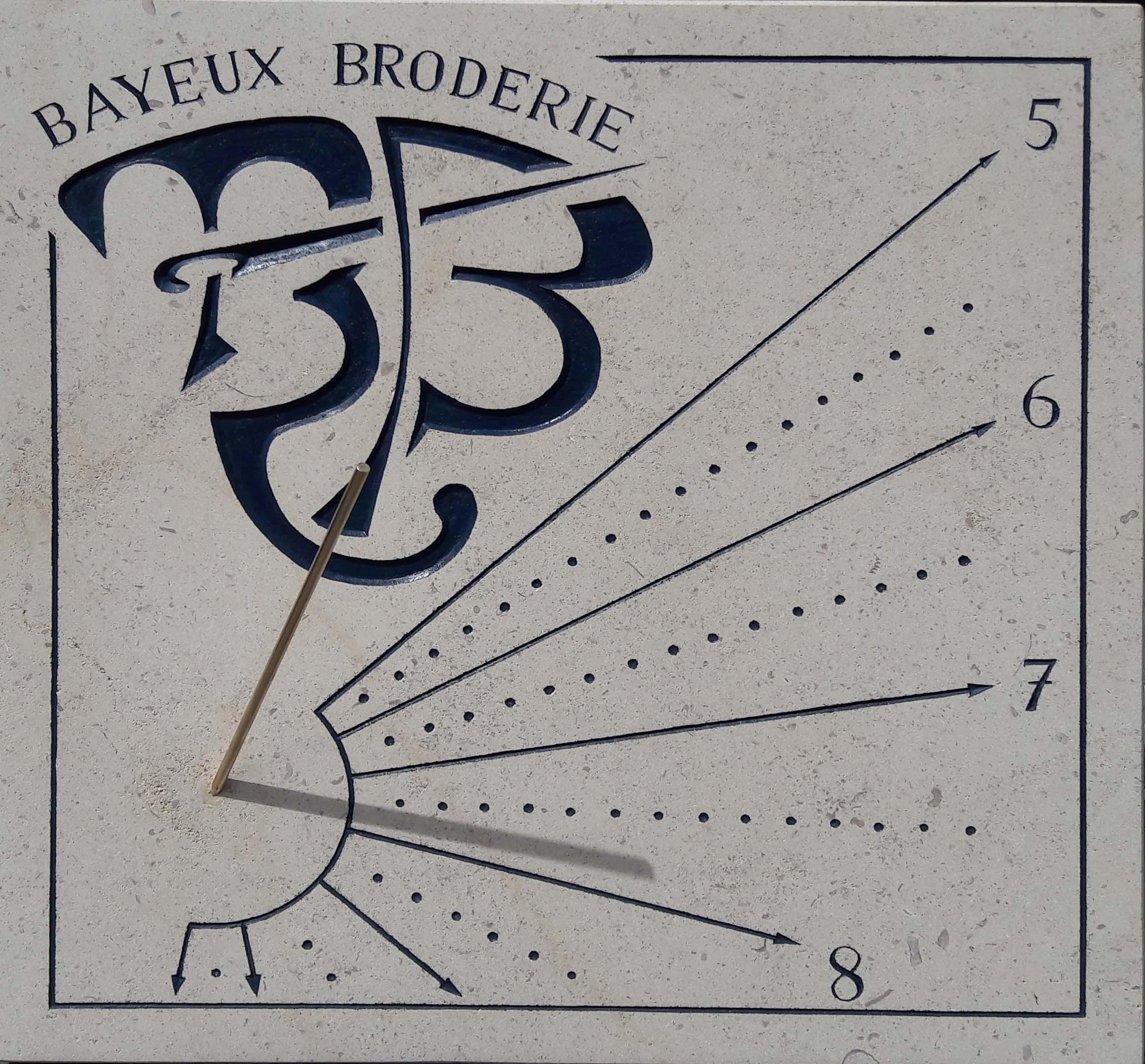 Cadran solaire en pierre de bourgogne orienté nord-est, avec logo.