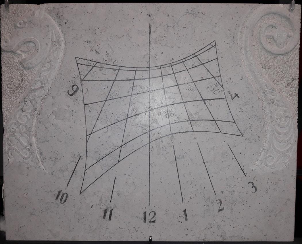 Cadran solaire en pierre de Bourgogne avec motif gravé d'un Drakkar.