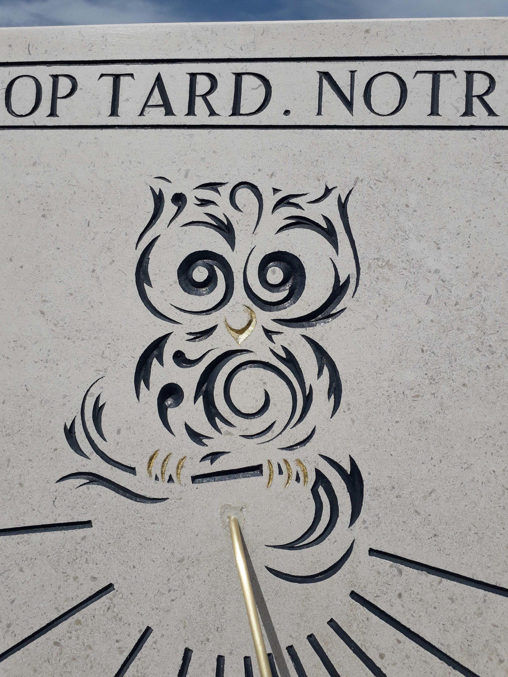 Cadran solaire en pierre de Bourgogne avec devise et une petite chouette. Style en forme de flèche