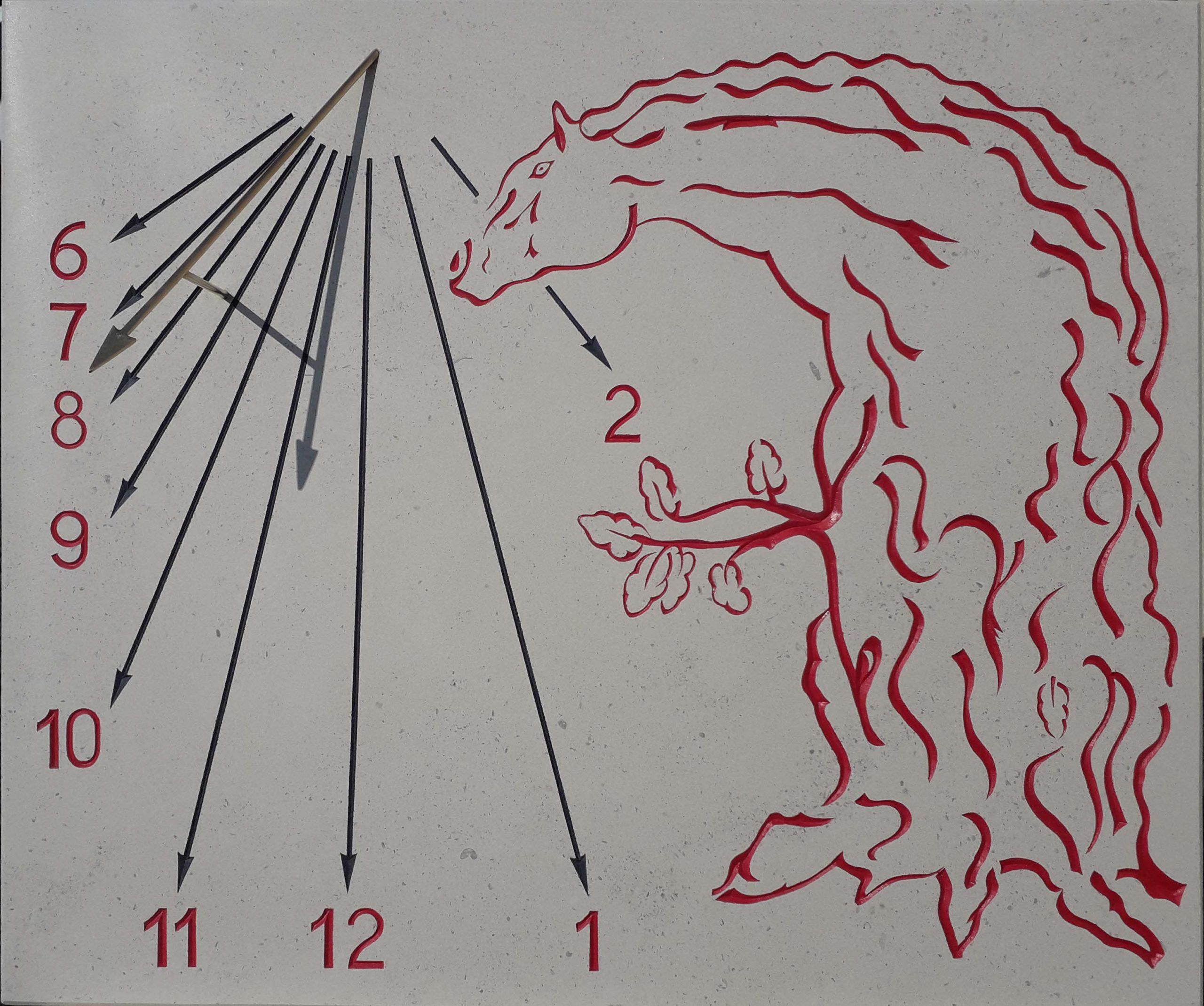 Cadran solaire en pierre de Bourgogne et style en forme de flèche en laiton. Gravure d'un cheval-chêne et des heures en rouge.