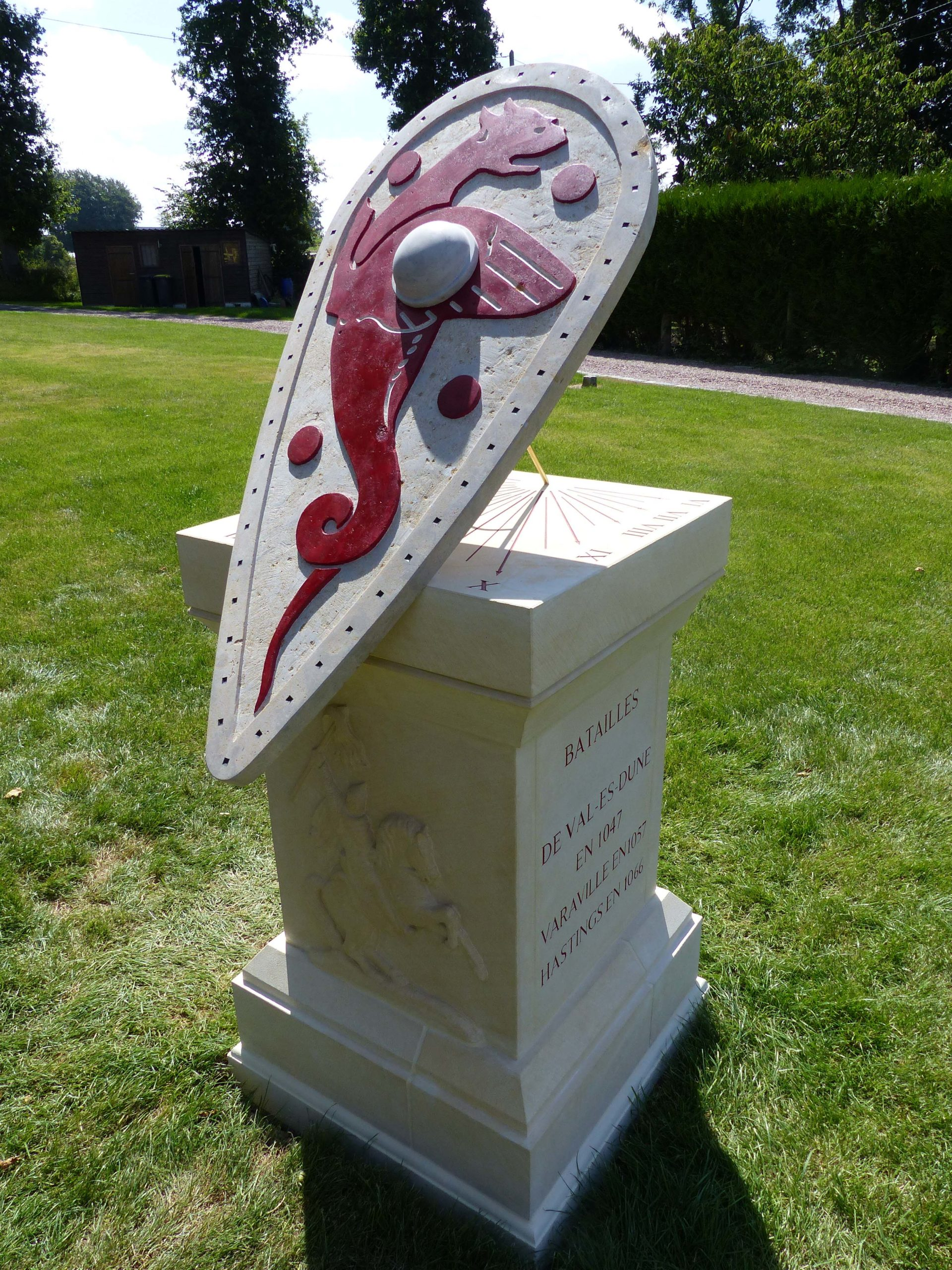 Cadran solaire en pierre de Caen et bourgogne.Sculpture de Guillaume le conquérant sur son cheval, gravure sur le socle de texte en latin. Couleur de la gravure rouge sang de bœuf.
