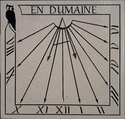 Cadran solaire en pierre de Bourgogne avec gravure noire et feuille d'or.