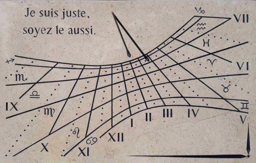 Cadran Solaire Déclinant, en pierre de Bourgogne, avec signe astrologiques, avec l'équinoxe et les solstices, avec chiffres romains, le style est en forme de flèche avec un trou au milieu