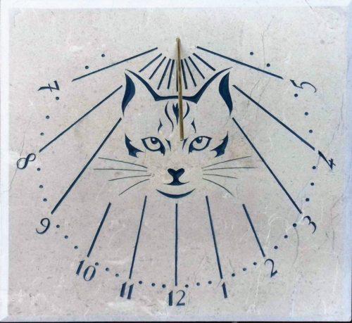 Cadran solaire en pierre de Bourgogne. Gravure avec un tête de chat.