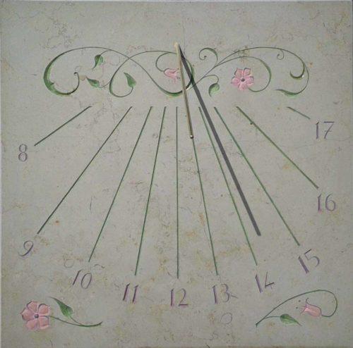 Cadran solaire en pierre de Bourgogne avec motif florale et couleur postal.