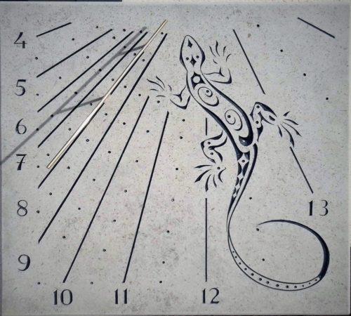 Cadran solaire en pierre de Bourgogne avec lézard.