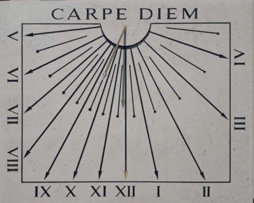 Cadran solaire déclinant Carpe Diem, chiffres romains, en pierre de Bourgogne et le style en forme de flèche