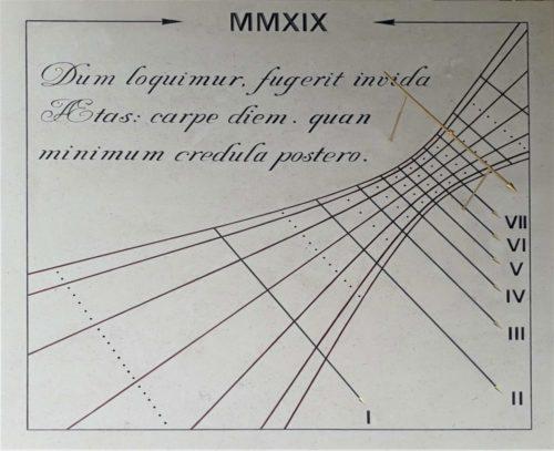 Cadran solaire en pierre de Bourgogne avec devise en latin. Date de fabrication, repérage de l'équinoxe et des solstices.