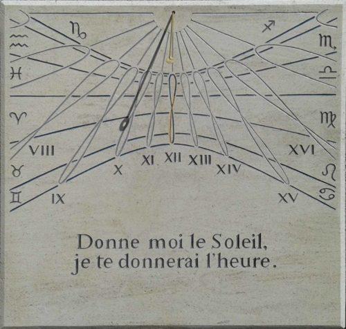 Cadran en pierre de Bourgogne, avec devise, signe astrologique, chiffre romain et analème à la place des heures.