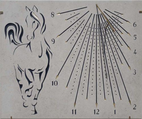 Cadran solaire en pierre de bourgogne avec cheval. mèche et pointe des heures plaqué à la feuille d'heure. Style en laiton.