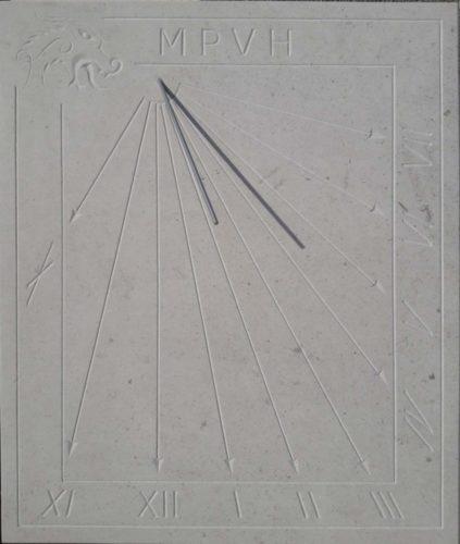 Cadran solaire en pierre de Bourgogne avec cadre et tête de Drakkar. Gravure sans peinture.