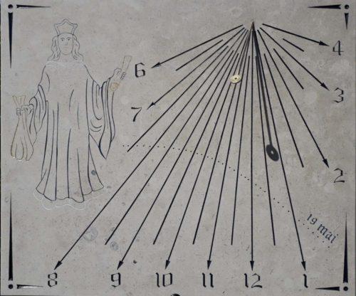 Cadran solaire en pierre de bourgogne avec gravure de saint-Yves, chiffre gothique et œilleton pour date d'anniversaire.