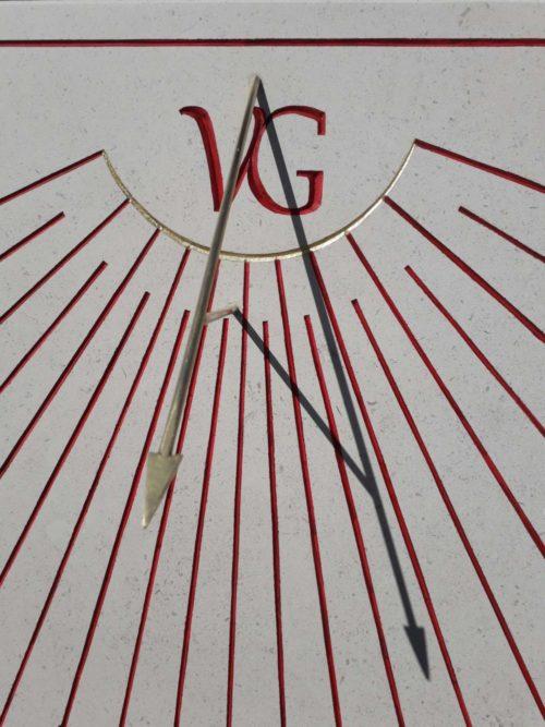 Cadran solaire en pierre de Bourgogne, réalisé artisanalement avec gravure à la main. Couleur rouge sang de bœuf avec style en laiton.