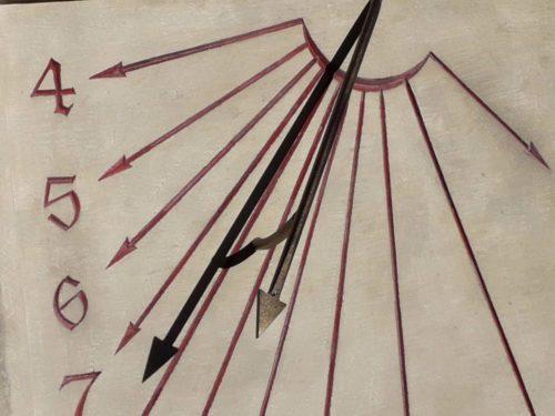 Cadran solaire de type traditionnel en pierre de Caen. Aspect ancien avec coup d'outil apparent. Patine de l'ensemble, ocre couleur sang de bœuf pour la gravure.