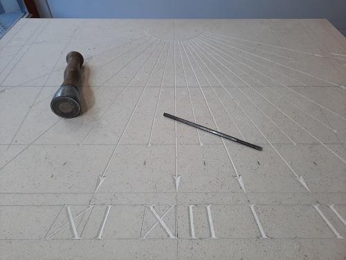 Réalisation d'un cadran solaire de grande dimension, en pierre de Bourgogne. Gravure de couleur grise et style en laiton.