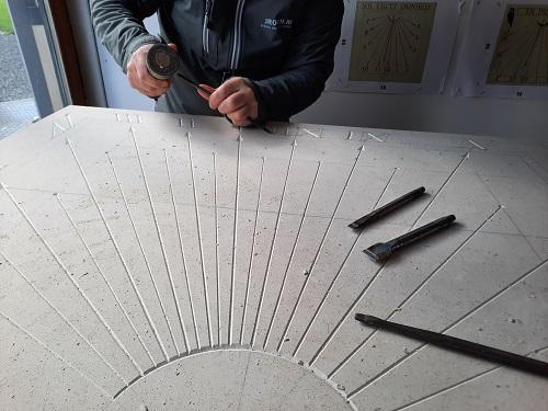 Gravure d'un cadran solaire à la main