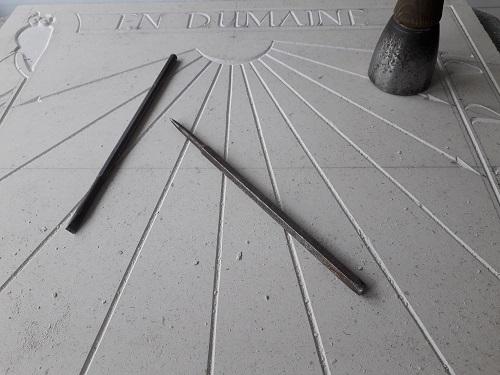 Cadran solaire méridional en pierre de Bourgogne, avec gravure du petite chouette et du nom de la maison. Peinture de celle-ci en noire avec dorure. Style en laiton.