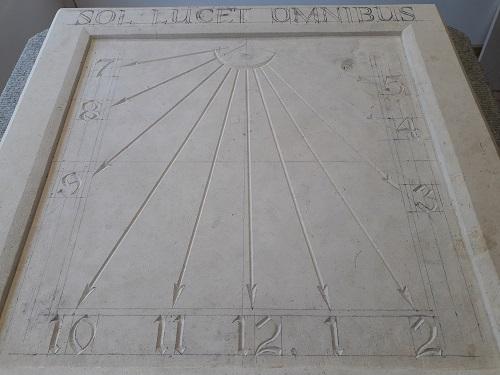 Cadran solaire en pierre de Caen. Devise SOL LUCET OMNIBUS qui veut dire
