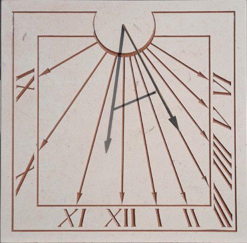 Réalisation d'un cadran solaire en pierre de style ancien. Gravure des heures en chiffres romain.