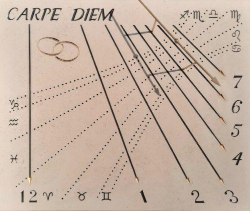 Cadran solaire en pierre naturel. Réalisation pour l'anniversaire des vingt ans de mariage. Gravure des alliances avec feuilles d'or 24 carats et de la devise Carpe Diem. Indication des signes astrologiques.