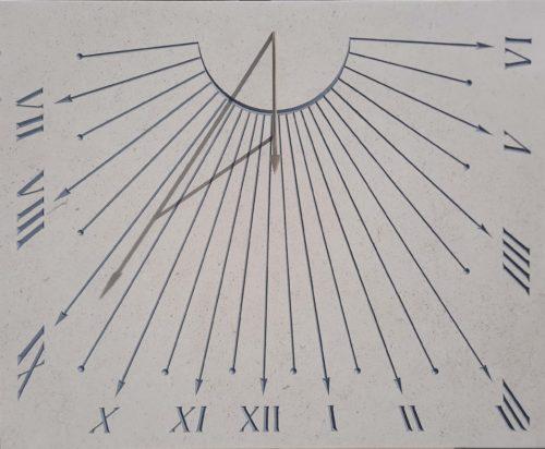 Cadran solaire en pierre avec gravure couleur gris clair