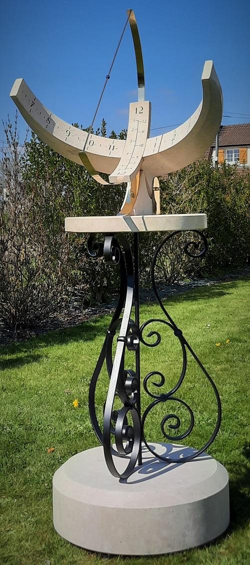 Cadran solaire Armillaire de type équatorial  sur pied en fer forgé. Cadran solaire en pierre de Bourgogne et laiton. Gravure et taille de pierre réalisée artisanalement par un cadranier.