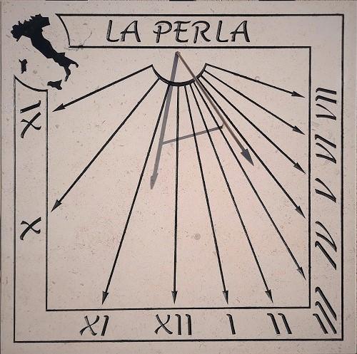 Cadran solaire en pierre, sur le thème de l'Italie. Gravure à la main fait artisanalement avec peinture de couleur noir.