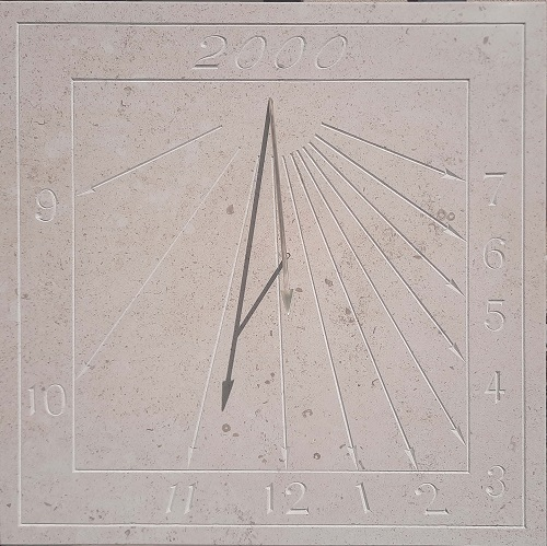 Cadran solaire en pierre naturel, avec gravure en chiffre arabe réalisé à la main.