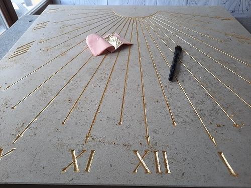 Cadran solaire traditionnel à la feuille d'or, gravé dans de la pierre naturelle de Bourgogne.
