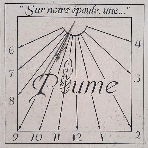 Cadran solaire en pierre avec citation