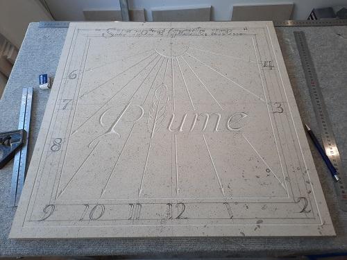 Réalisation d'un cadran solaire en pierre. Gravure d'une citation