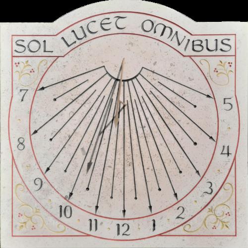 Réalisation d'un cadran solaire en pierre de style ancien. Gravure des heures et demi-heures en chiffre arabe. Gravure de la devise SOL LUCET OMNIBUS qui veut dire, le soleil brille pour tout le monde.