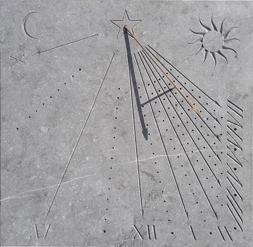 Cadran solaire en pierre bleu du Hainaut