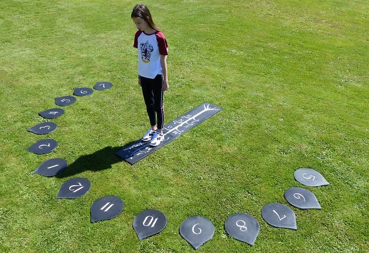 Réalisation d'un cadran solaire analemmatique en ardoise. Cadran solaire le plus interactif, il faut se placer sur le mois du moment et l'ombre de la personne indique l'heure solaire.
